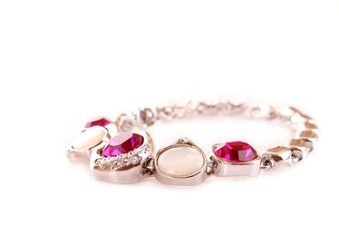 selling your jewelry is a great way to save money when updating your collection